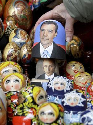 还出现在俄罗斯传统的工艺品——套娃和复活节彩蛋上