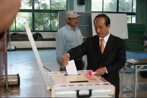 """台湾""""总统""""选举投票日,""""立法院""""长王金平(右 ..."""