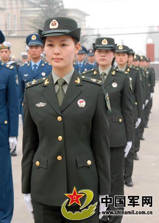 解放军陆军女兵新式军服更增秀美的英姿-模特队现场展示07式军服 济