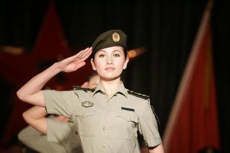 07式女军官短袖夏常服-新疆军区举行07式新军服试穿展示观摩会图片