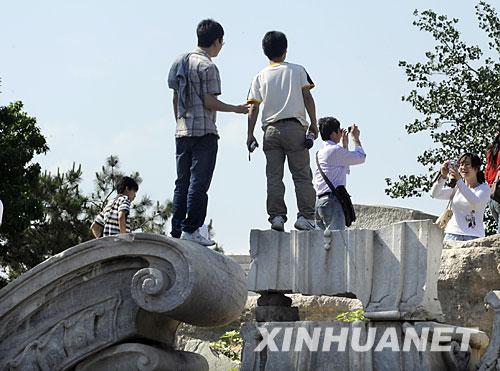 组图:游客随意践踏圆明园文物遗迹
