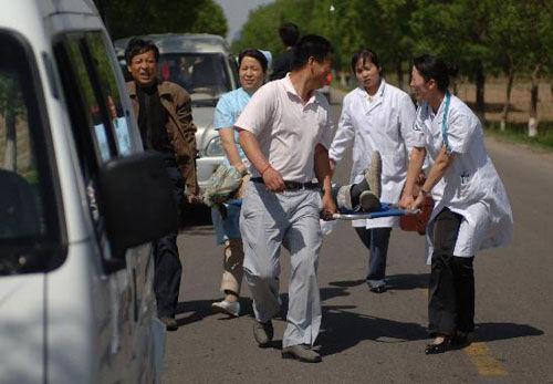 陕西地震造成水塔倒塌一人受伤[组图]