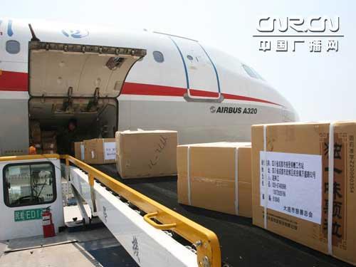 大连救援药品上飞机前往四川灾区