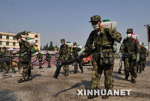 5月19日,解放军战士正在都江堰市区进行消毒防疫作业.新华社记者