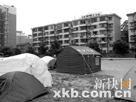 成都多高档小区出现救灾专用帐篷(图) - fdycq - 费家村---老费的家园