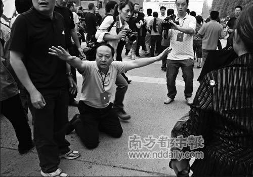 家长为地震遇难学生上访 绵竹书记下跪挽留(图) - sunup1997 - 小杂货铺