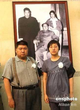 毛新宇和妻子刘滨为母亲邵华布置灵堂.