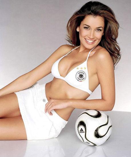 欧洲杯美女球迷喷血裸露