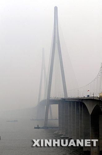 世界最大跨径斜拉桥苏通大桥正式通车