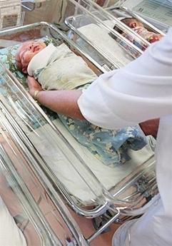 美国怀孕变性男子产下女婴