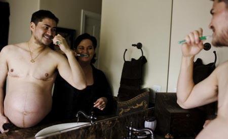生产前的怀孕男人和妻子