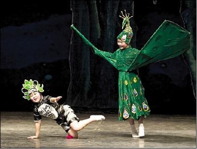 福娃歌舞剧逗乐小观众 讲述地球村动物和谐相处(图)
