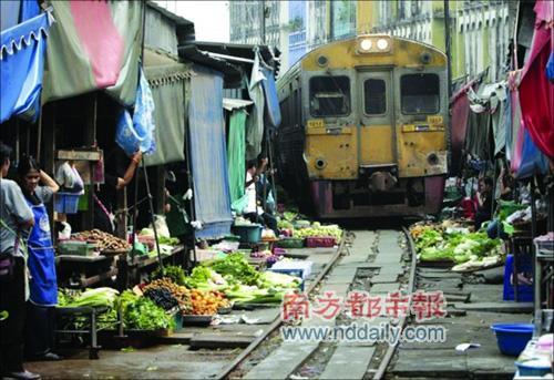 曼谷火车自由穿过货摊 被称最牛菜市场(组图) 44c7afa6aa90eec1c0c58625cee7362d