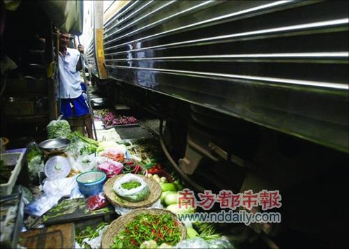 曼谷火车自由穿过货摊 被称最牛菜市场(组图) E0f3d5ec3c9625f351a0de888bbe7d82