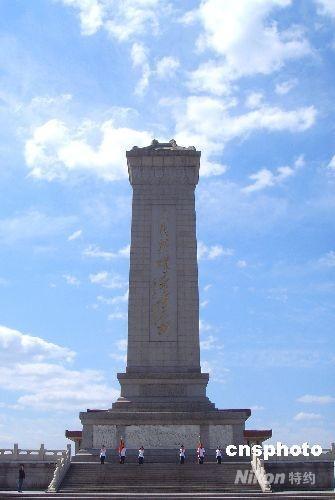 纪念碑由17000块花岗石和汉白玉砌成,其中采自青岛浮山的纪念碑碑心石