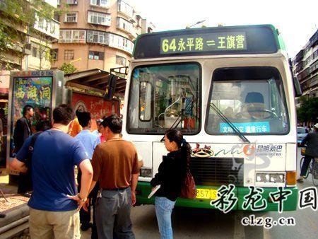 昆明男子携汽油桶上公交自焚被制服(组图)