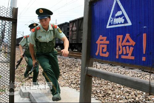 南京武警守桥部队提升安保等级图片