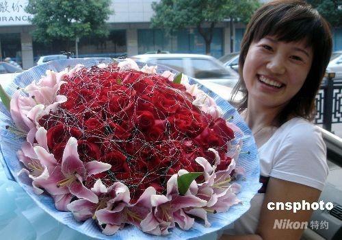 """浪漫消费演绎""""中国情人节"""" 玫瑰花价涨了一倍多"""