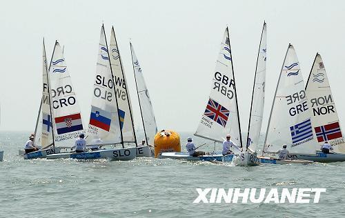 在青岛奥运会帆船比赛的水域,最吸引人们眼球的是那五颜六色的球型帆