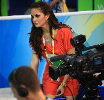 泳池旁的外国美女主持人组图 凤凰网
