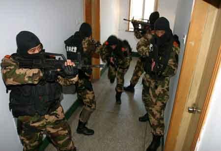 解放军反恐特警队进行训练-外媒造谣 新疆武警扫射东突投降恐怖分子图片
