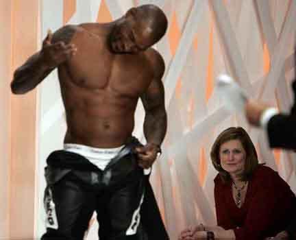 黑人男模在英国首相夫人面前秀名牌内裤组图