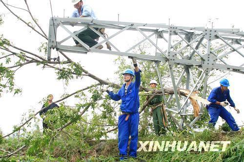 高压电线铁塔被折断