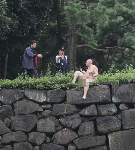英国男子在日本皇居护城河裸泳被警方逮捕[图