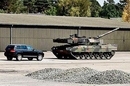 豹2坦克蓄意压扁大众途锐高清图片