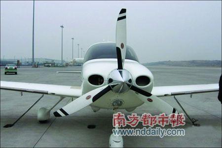 赵英杰摄(资料图片) 身长仅9米,翼展长11米,底下有轮子,飞机不超过1.5吨,一个成年人便可以将其推动。 本报讯 (记者 邓少军)中山将有两架SR22型迷你飞机出现在珠海航展上。记者昨天从中山市雄鹰通用航空公司获悉,该公司去年购买的两架SR22型飞机确定参加11月4日开始的珠海航展。据了解,这两架SR22型飞机由美国西锐飞机公司设计制造,机身袖珍,身长仅9米,翼展长11米,最大起飞全重仅1.