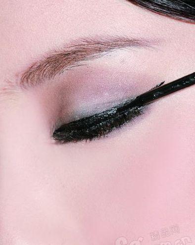 用眼线液,从外眼角向内眼角反方向描画眼线