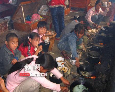 社会资讯_网友发帖爆料贫困山区孩子吃饭照片[组图]_资讯_凤凰网