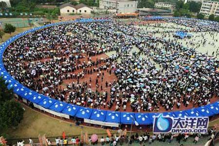 广州大学生招聘会 求职者排队3小时投1份简历[组