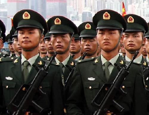 资料图:身着07式春秋常服的解放军驻港部队士兵-军报 回收07军服是图片
