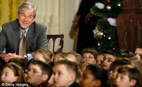 英报刊登布什逗乐来访儿童图片