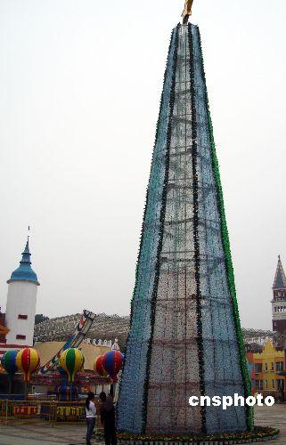 """5万废弃矿泉水瓶搭建""""环保圣诞树"""""""