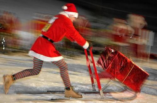 美女们穿着圣诞老人装束