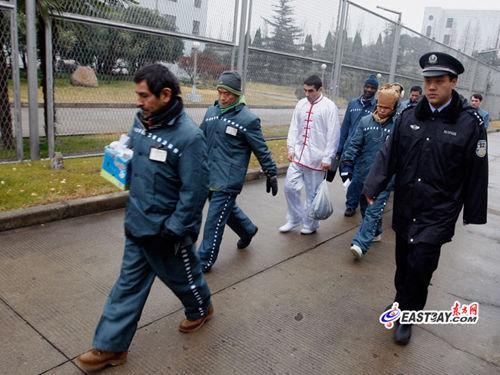 庆祝圣诞活动结束后,外籍服刑人员被狱警带回监区.(来源:东方网