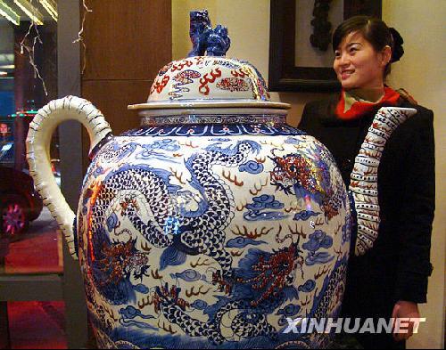 1月2日在苏州一家陶瓷工艺品商店拍摄的巨型景德镇瓷壶.