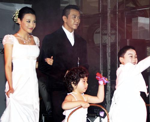 疑于内地闪电成婚,记者获悉消息后第一时间赶往现场,发现婚礼现场保卫
