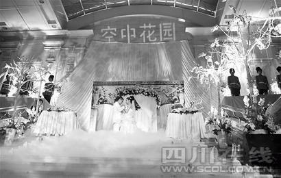 现场 全盘皇家风格 欧式风格的门廊,繁复华丽雕刻的乳白色花台,位于
