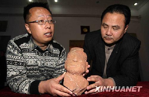和内蒙古自治区敖汉旗博物馆馆长田彦国在介绍、展示复原后的红山