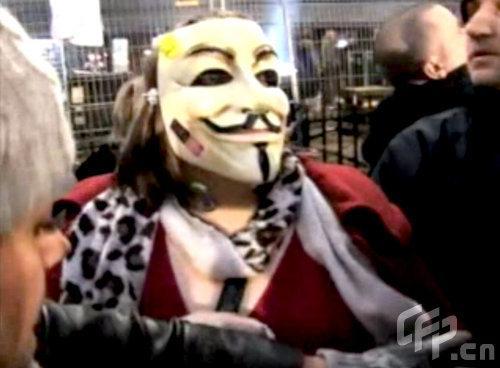 示威者戴着面目狰狞的面具