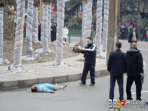 重庆发生劫持人质事件 警察开枪击毙歹徒[组图]