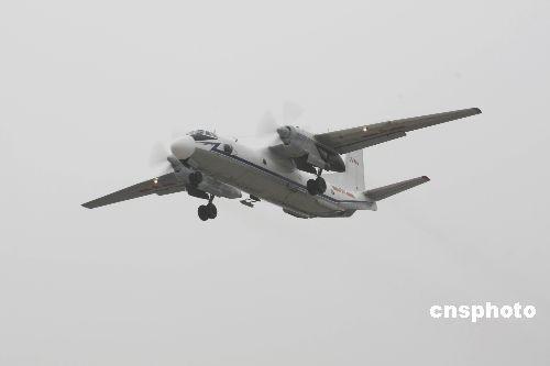 空军某部人工增雨飞机机组人员会同安徽省人工影响天气办公室工作人员