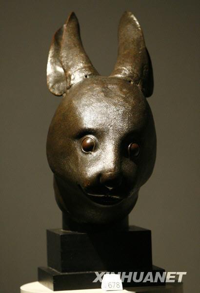 大皇宫预展中的兔首铜像.新华社记者 -巴黎法院明日将紧急审理中