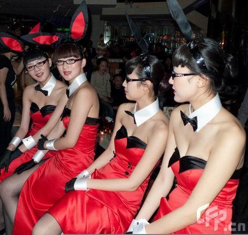 刘嘉玲酒吧生意红火 中国版兔女郎云集组图