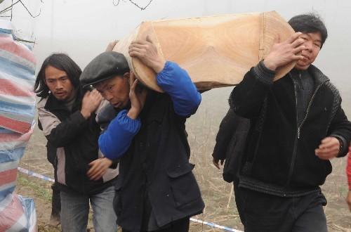 3月3日,在贵州省黔西县花溪乡借魁村,当地村民在为遇害的7位村民办理