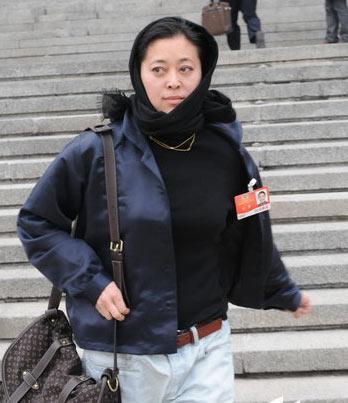 倪萍包头巾,背lv出现在政协会场外