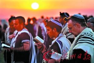数万犹太人聚集哭墙前向太阳祈福